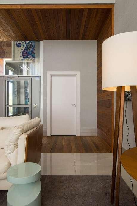 30. Sala moderna com porta branca – Foto Pormade
