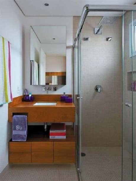 51. Espelheira para banheiro pequeno decorado com gabinete de madeira planejado – Foto Pinterest