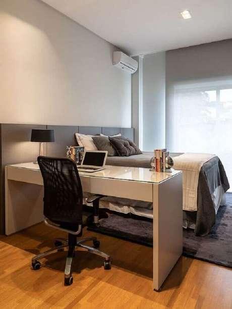 47. Decoração em tons de cinza com home office no quarto de casal com escrivaninha com gavetas. Foto: Casa de Valentina