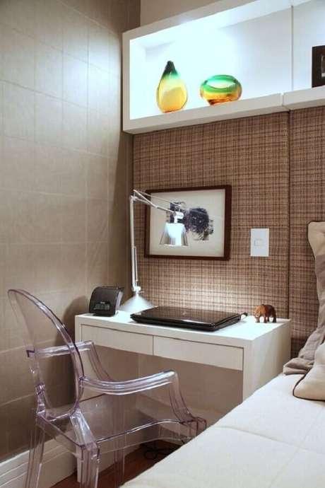32. Escrivaninha pequena branca para decoração de home office no quarto em cores neutras. Foto: Quartos Etc.
