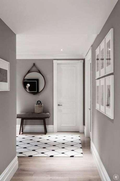 36. Casa com portas brancas e parede cinza – Foto Perfeita Ordem