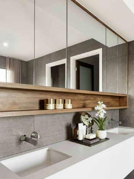 7. Decoração moderna com espelheira grande para banheiro cinza com nicho de madeira – Foto Houzz