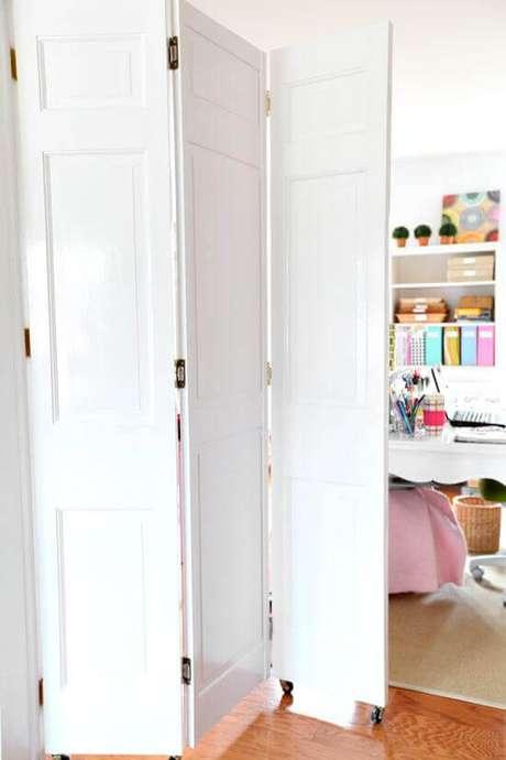 23. Porta sanfonada branca para escritório – Foto Pinterest