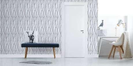 33. Decoração clean com papel de parede e porta branca – Foto Pormade
