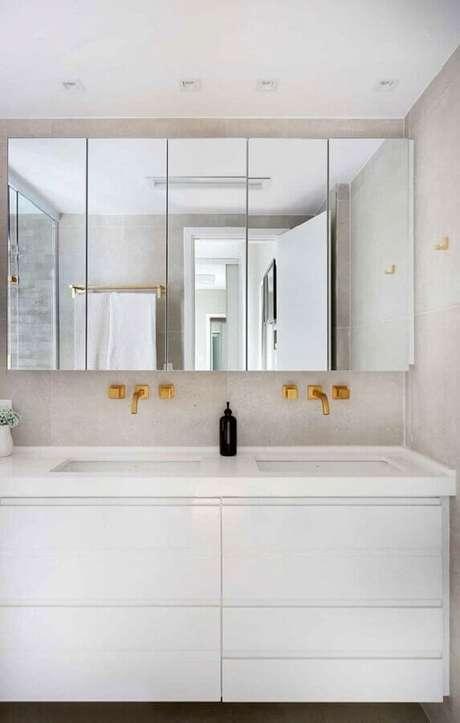 8. Armário espelheira para banheiro branco decorado com detalhes dourados – Foto Casa de Valentina