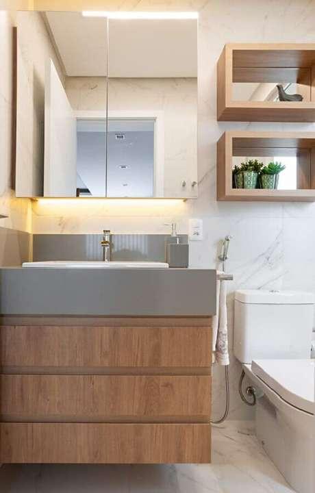 54. Espelheira para banheiro simples decorado com gabinete e nichos de madeira – Foto Jeito de Casa