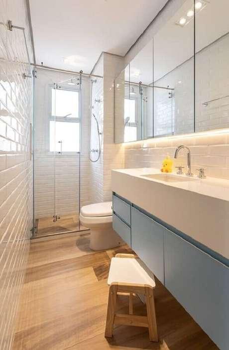 42. Espelheira grande para banheiro pequeno decorado com gabinete suspenso azul claro – Foto Pinterest
