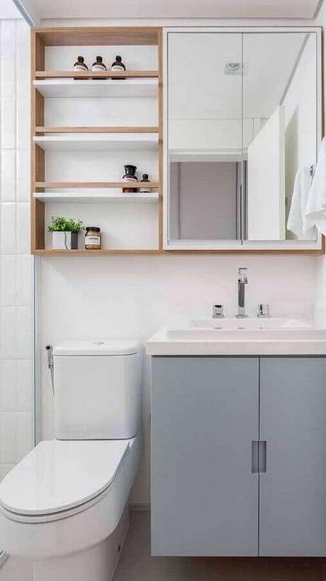 17. Decoração com espelheira para banheiro com prateleira de madeira – Foto Pinterest