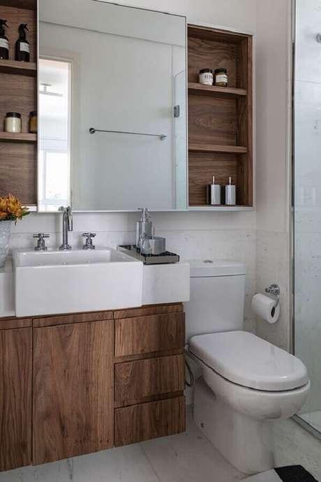 59. Decoração simples com gabinete para banheiro com espelheira de madeira – Foto Casa de Valentina