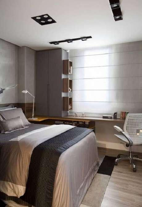 20. Home office no quarto de casal planejado com bancada de madeira. Foto: Pinterest