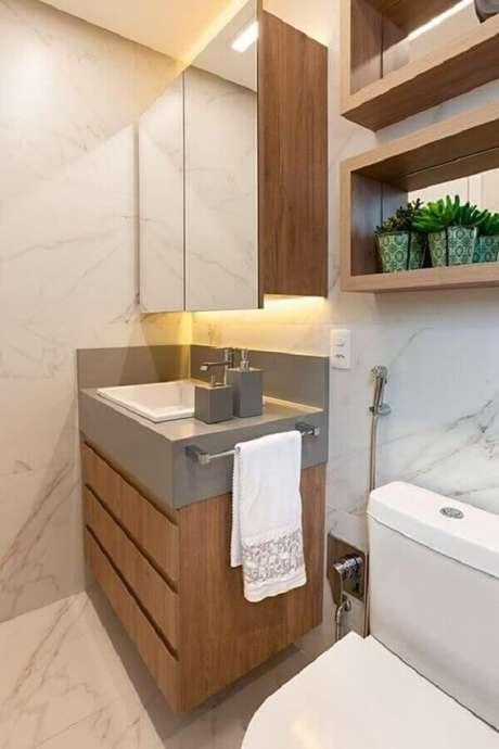 25. Decoração com nichos e gabinete para banheiro com espelheira de madeira – Foto Jeito de Casa