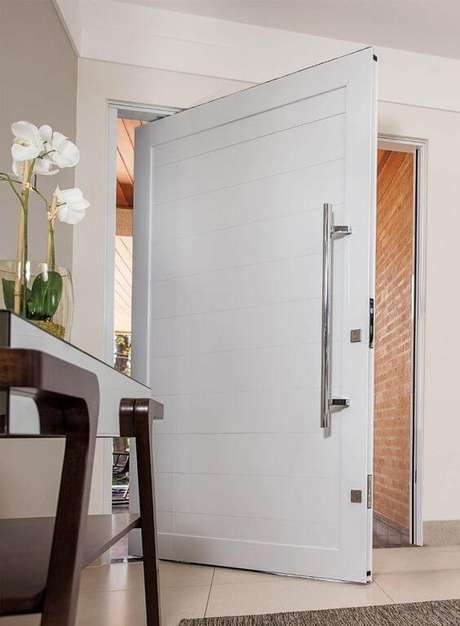 2. Porta branca e grande na entrada de casa – Foto Construindo Decor