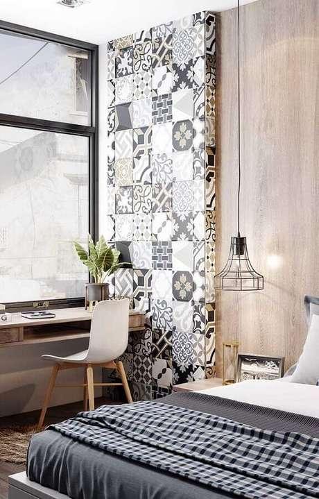 16. Home office no quarto moderno decorado com luminária aramada e escrivaninha de madeira. Foto: Pinterest