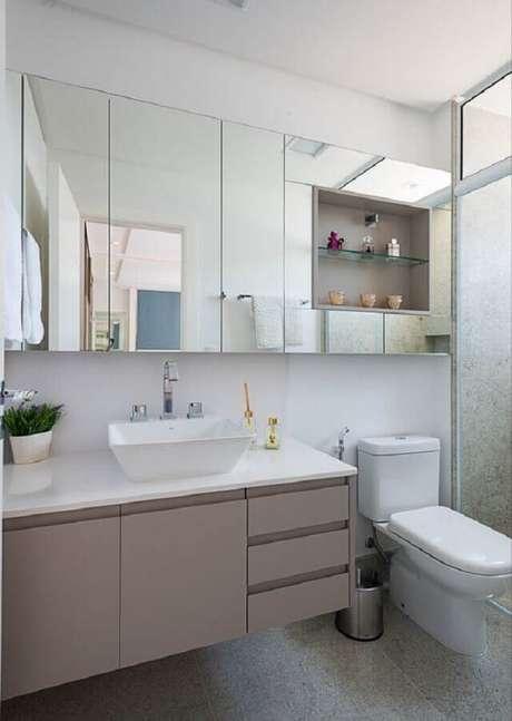 58. Decoração com espelheira grande para banheiro cinza e branco – Foto Morando Móveis