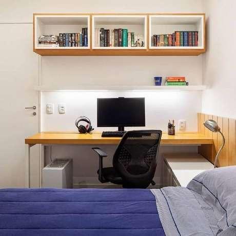 41. Decoração simples com cantinho home office no quarto. Foto: MdeMulher