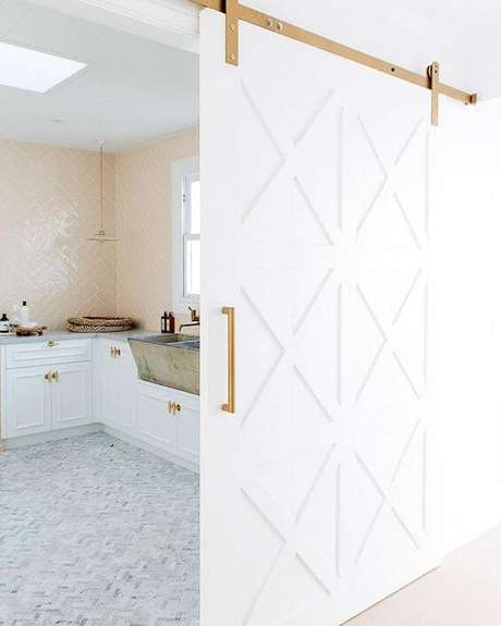 5. Cozinha com porta branca e detalhes dourados – Foto Three Birds Renovations
