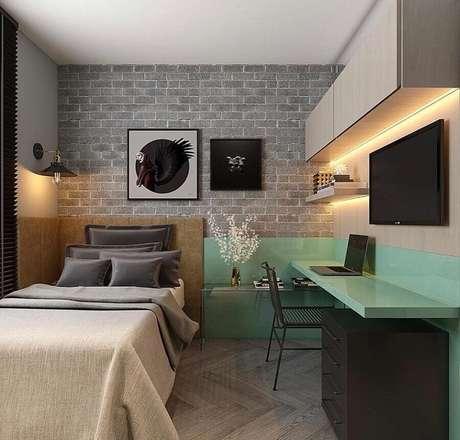 44. Decoração moderna com escrivaninha planejada para home office no quarto de solteiro. Foto: Houzz