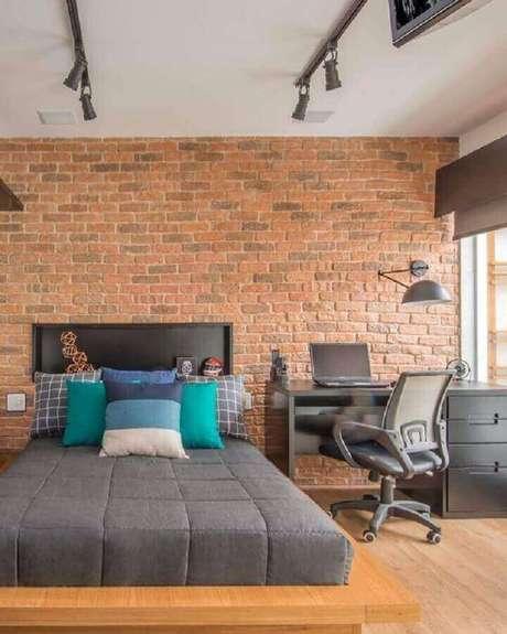 30. Escrivaninha preta para decoração de home office no quarto de casal com parede tijolinho. Foto: Gigio & Silva Sued