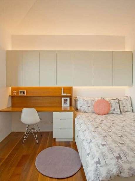 37. Decoração simples com home office no quarto de solteiro. Foto: Houzz