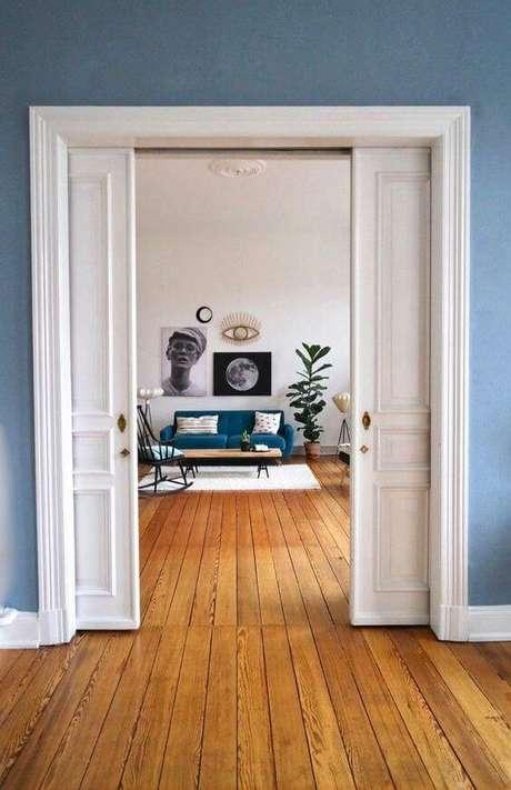 13. Porta de correr branca na sala azul – Foto Couch Style