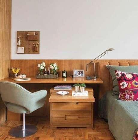 26. Home office no quarto de casal decorado com escrivaninha de madeira. Foto: Pinterest