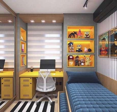 8. Home office no quarto pequeno planejado com escrivaninha e nichos amarelos. Foto: Pinterest
