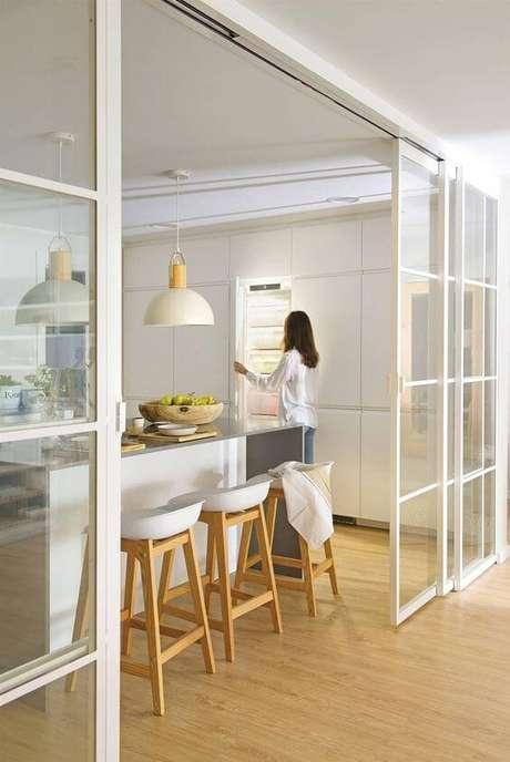 45. Porta branca com detalhes de vidro para dividir a cozinha da sala – Foto El Mueble