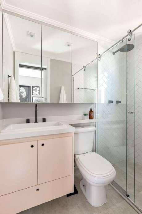 24. Decoração com gabinete rosa pastel e armário espelheira para banheiro – Foto Duda Senna