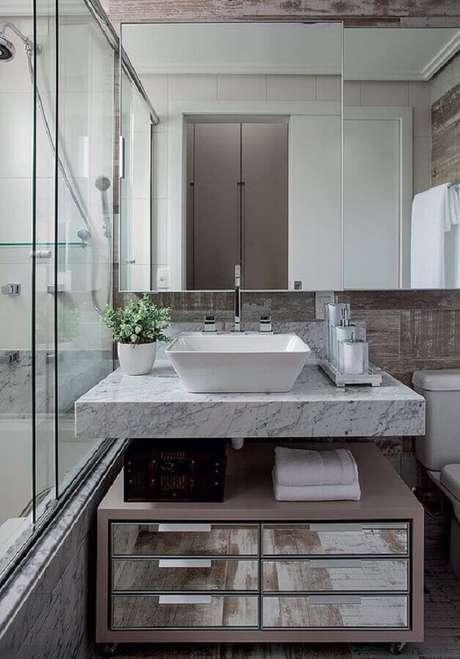 9. Armário espelheira para banheiro com decoração sofisticada – Foto Casa de Valentina