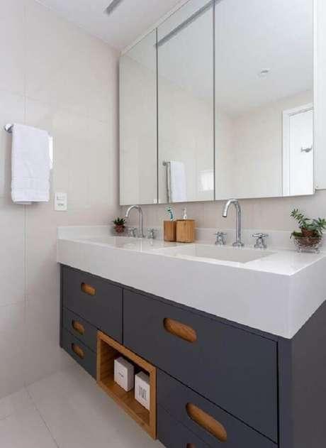 38. Espelheira grande para banheiro branco decorado com gabiente azul marinho planejado – Foto Houzz