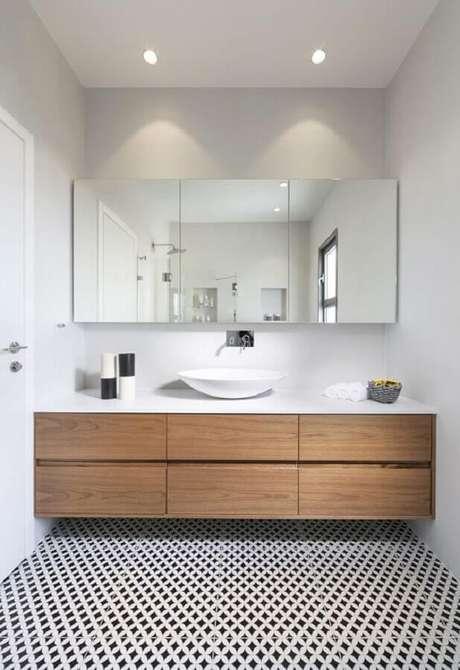 43. Espelheira grande para banheiro planejado com gabinete suspenso de madeira – Foto Apartment Therapy