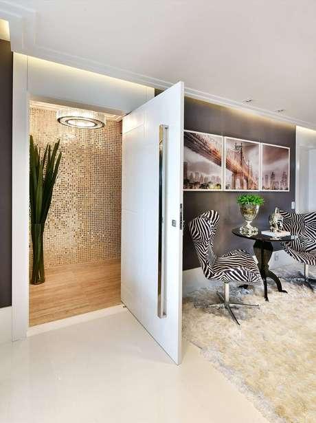 1. Porta pivotante branca na entrada de casa – Foto Tetriz-Arquitetura