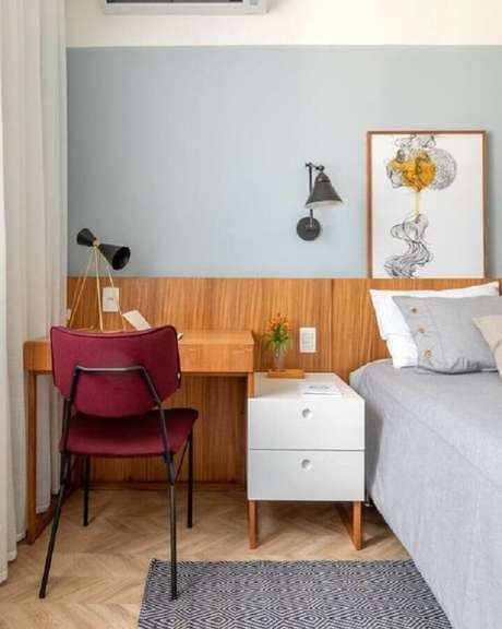 28. Home office no quarto de casal decorado com cabeceira e escrivaninha de madeira. Foto: Histórias de Casa