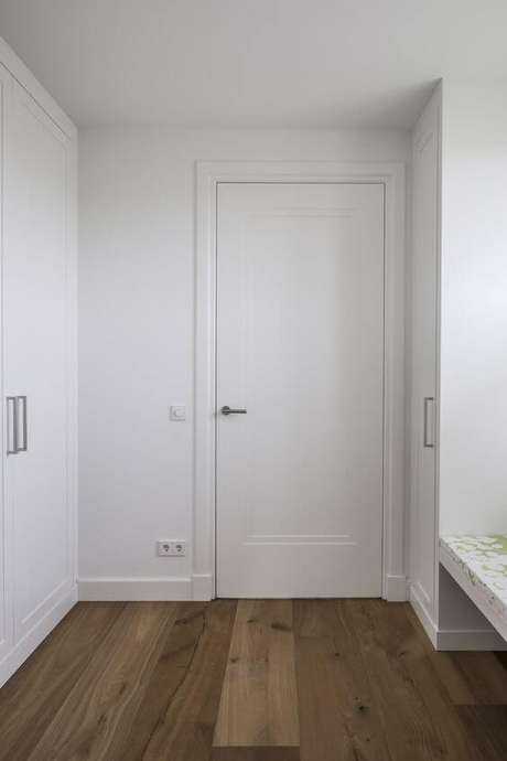 31. Casa branca com portas da mesma cor – Foto Pinterest
