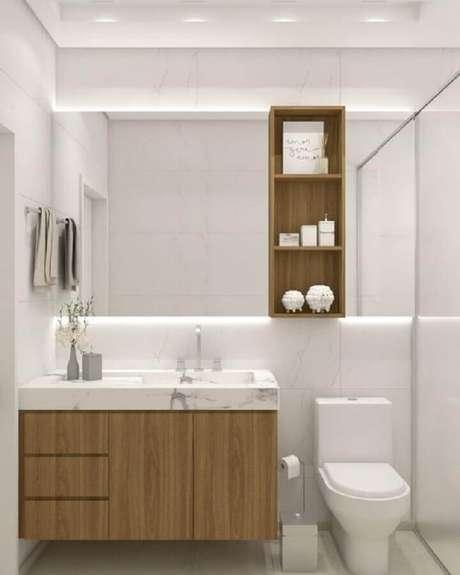 21. Decoração com gabinete de madeira e espelheira para banheiro branco – Foto iM2 arquitetura