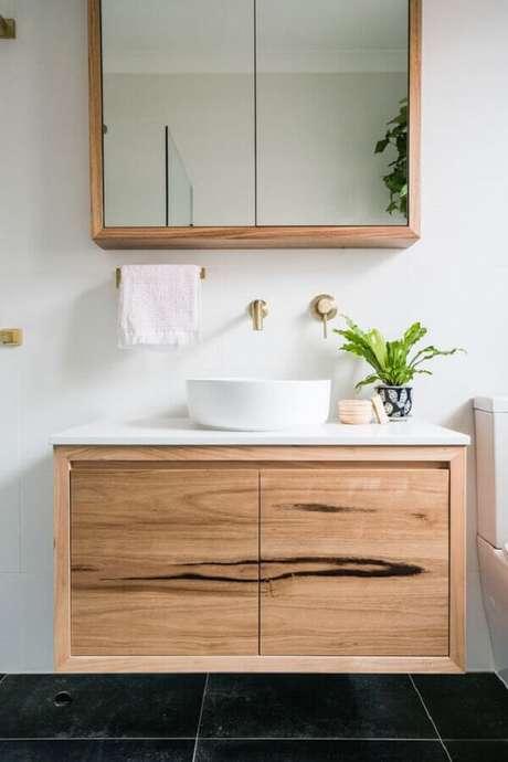22. Decoração com gabinete de madeira e espelheira para banheiro simples – Foto Just in Place