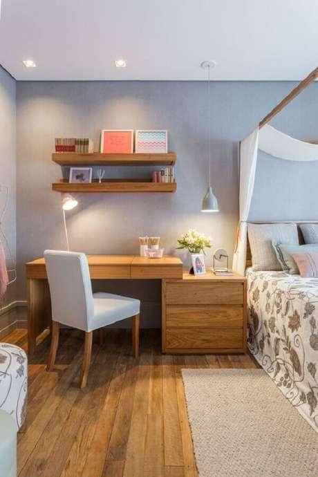 34. Escrivaninha de madeira para home office no quarto de casal decorado com dossel. Foto: Quartos Etc.