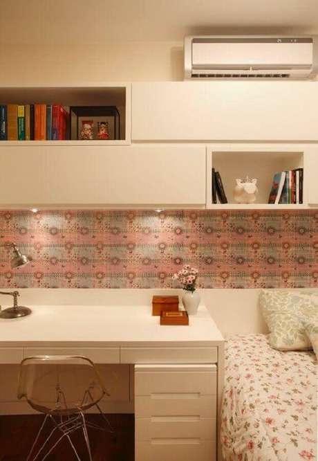 52. Decoração com home office no quarto de solteiro feminino. Foto: Pinterest