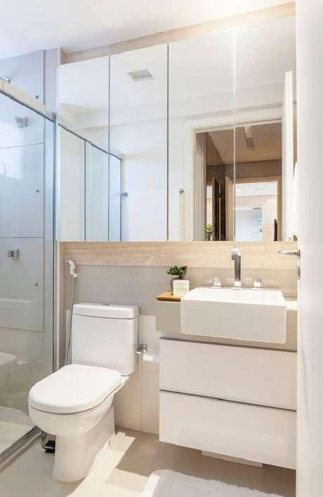 28. Decoração em cores claras com armário espelheira para banheiro pequeno – Foto Casa de Valentina