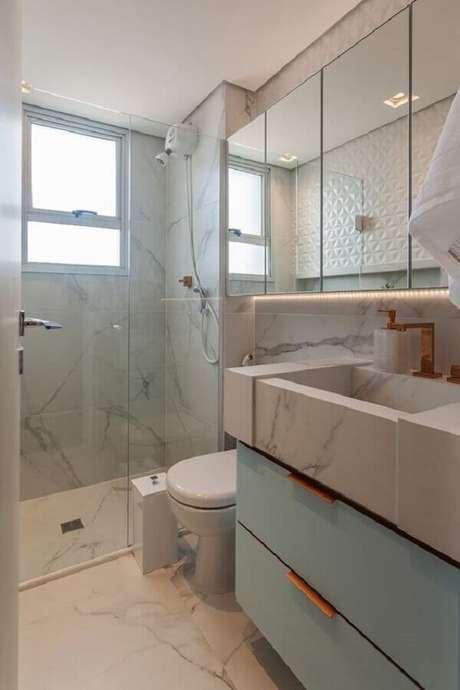 50. Espelheira para banheiro pequeno decorado com bancada de mármore e gabinete azul – Foto Histórias de Casa