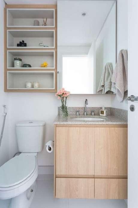 37. Espelheira com nichos para banheiro pequeno decorado com gabinete de madeira – Foto Fashion Bubbles