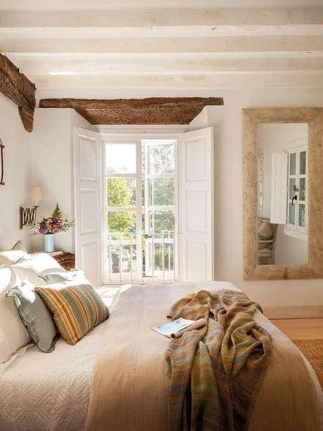 52. Porta branca para quarto com varanda pequena e iluminada -Foto Pufik Homes
