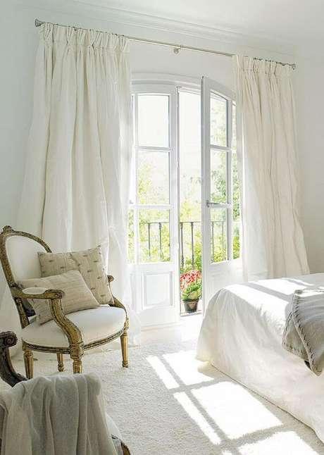 51. Porta branca para quarto com varanda pequena – Foto Stuart Graham Fabrics