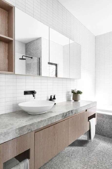 41. Espelheira grande para banheiro clean decorado com gabinete suspenso de madeira – Foto Home Fashion Trend