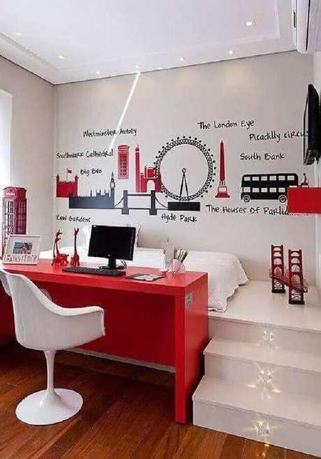 27. Escrivaninha vermelha para decoração de home office no quarto branco planejado. Foto: Pinterest