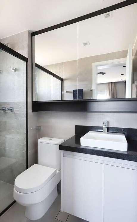 33. Decoração preto e branco com espelheira para banheiro – Foto Histórias de Casa