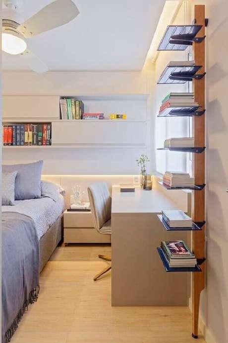42. Decoração moderna em cores claras com home office no quarto de casal planejado. Foto: Casa de Valentina