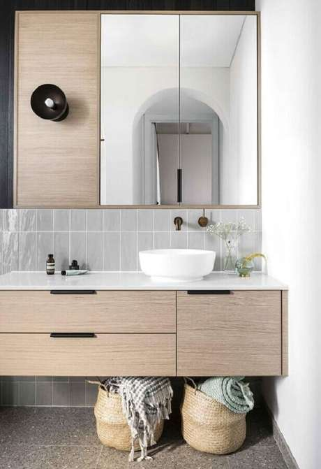 23. Decoração com gabinete para banheiro com espelheira de madeira – Foto Pinterest