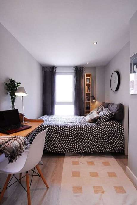 33. Escrivaninha de madeira para home office no quarto de casal pequeno. Foto: MdeMulher