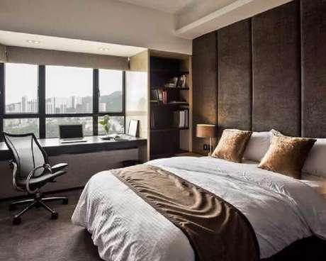 22. Home office no quarto de casal decorado com parede com cabeceira estofada. Foto: Pinterest